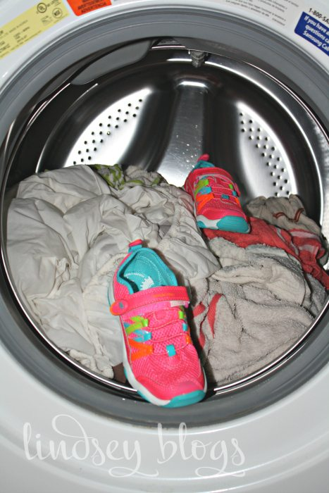 wash tennis shoes in washing machine