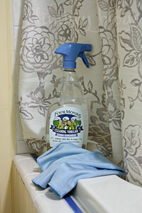tips for cleaning with vinegar in the bathroom